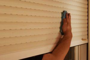 Cómo limpiar persianas por fuera sin desmontarlas para que no arriesgues tu seguridad